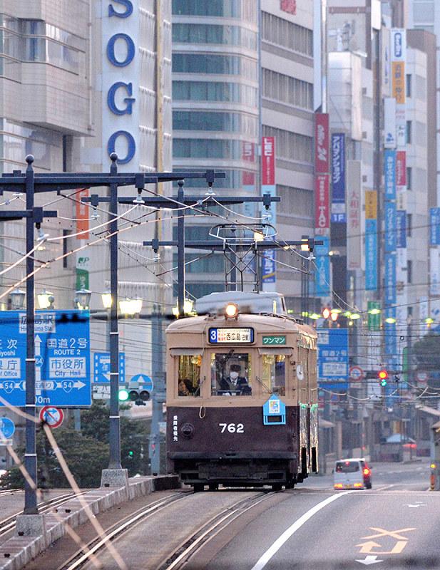 焼夷弾の記憶宿し走る 旧大阪市電の車両、広島で 89歳女性元運転士「平和願い、悪夢語る」