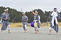 双葉町の帰還困難区域のゲート前で披露された「じゃんがら念仏踊り」=双葉町で、渡部直樹撮影