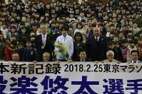 母校の後輩らと記念撮影する設楽悠太選手(中央)=寄居町富田の男衾中で