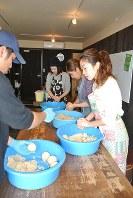 雨風のみそ造り教室に参加し、材料を団子状に丸める参加者ら=堺市西区の雨風で