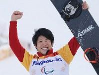 スノーボード男子クロスで銅メダルを獲得し、笑顔を見せる成田緑夢=旌善アルペンセンターで2018年3月12日、宮武祐希撮影