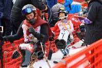アルペン女子スーパー複合(座位)で3位となり笑顔を見せる村岡桃佳(中央右)=旌善アルペンセンターで2018年3月13日、宮武祐希撮影