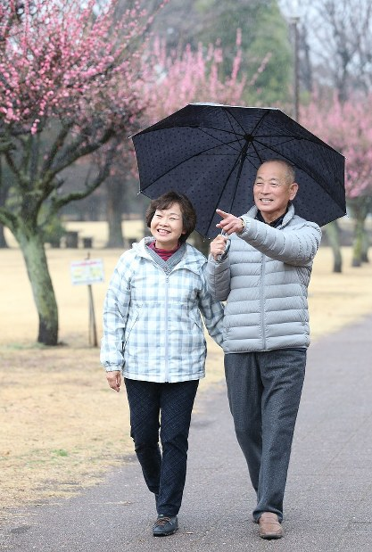 自宅近くの梅林を散歩する林崎隆さん(右)と妻の恵美子さん=埼玉県熊谷市で、太田康男撮影
