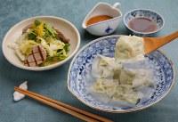 具材の緑や赤が透けて食欲をそそる「エビとニラの水ギョーザ」(手前)と「カツオとトウミョウと白菜のサラダ」=菅知美撮影