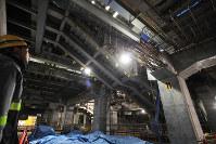 JR新宿駅北通路の東西自由通路化に伴い、新たに建設される構内通路の工事現場(柱の番号はホームののりば番号)=東京・新宿で2018年2月28日午後5時57分、内林克行撮影