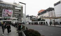 現在のJR新宿駅東口のビル(左)と西口のビル群(右奥)。新たに整備される東西自由通路によって、東西間の人の行き来が容易になることが期待される=東京・新宿で2018年2月28日午後3時55分、内林克行撮影