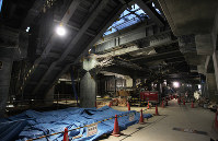 JR新宿駅北通路の東西自由通路化に伴い、新たに建設される構内通路の工事現場。すき間から東口の駅ビルが見える=東京・新宿で2018年2月28日午後5時37分、内林克行撮影