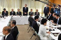 Hiroyuki Hosoda, fourth from left, addresses an executive meeting of the Liberal Democratic Party's Headquarters for the Promotion of Revision to the Constitution, at party headquarters in Tokyo on March 14, 2018. (Mainichi)