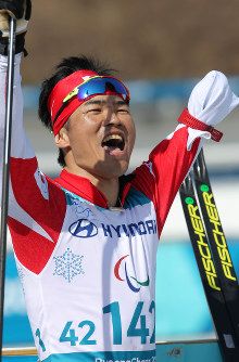 Yoshihiro Nitta celebrates after clinching a silver medal in the men's cross-country skiing 1.5-kilometer sprint classic at Alpensia Biathlon Centre in Pyeongchang, South Korea, at the 2018 Winter Paralympics, on March 14, 2018. (Mainichi)