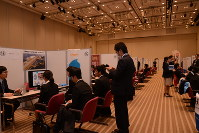 福岡市でのセミナーには、長崎の企業30社がブースを出したが、学生らの参加は56人にとどまった