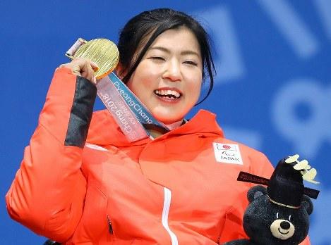 金メダルを手に笑顔を見せる村岡桃佳=平昌メダルプラザで2018年3月15日、宮武祐希撮影