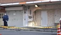 トラックが突っ込み、壁の一部が壊れた「任侠山口組」系の組事務所=大阪市西区で2018年2月8日