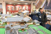 佐川の町並みを再現した模型を指さすNPO法人佐川くろがねの会の吉野毅理事長=高知県佐川町で、松原由佳撮影