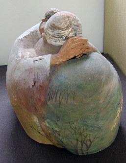 「故国に帰れない」と沖縄で生きた元従軍慰安婦の像。「或る流浪の望郷」というタイトルがつけられている=大津市梅林の渡来人歴史館で、戸田栄撮影