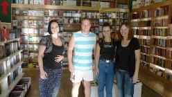 ポドゴリツァの書店の元気な女性スタッフと男性客。顔はスラブ人というよりイタリア人(写真は筆者撮影)