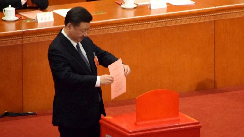 全人代で憲法の改正案に投票する習近平国家主席=北京の人民大会堂で2018年3月11日、河津啓介撮影