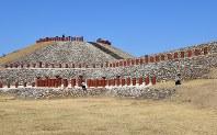 亀塚古墳には復元されたはにわが並び、広大な敷地を子どもたちが元気いっぱい走り回っていた