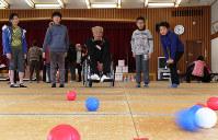 子供たちとボッチャを体験する伊勢市二見町身体障害者福祉会の酒徳和之会長(中央)=三重県伊勢市で10日