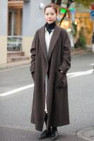 ロング丈のゆるいシルエットのコートを着た女性=日本ファッション協会提供