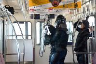 爆発物を確認する大阪府警の警察官ら=大阪府豊中市で、芝村侑美撮影