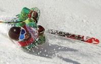 男子スーパー複合(立位)のスーパー大回転で、バランスを失い転倒するジョンティ・オカラガン(豪)。このあと自力で滑り降りた=旌善アルペンセンターで2018年3月13日、宮武祐希撮影