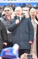 文化やスポーツなどロシアの各界を代表する支持者と一緒にロシア国歌を歌うプーチン大統領=モスクワで3月3日