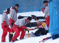 Volunteers help an athlete who fell over during a men's snowboard cross event at the Pyeongchang Winter Paralympics at the Jeongseong Alpine Centre in South Korea, on March 12, 2018. (Mainichi)