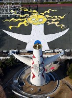 東日本大震災の被災者らが夢をつづったハンカチを使って描き出された巨大アート。手前は太陽の塔=大阪府吹田市で2018年3月17日、本社ヘリから貝塚太一撮影
