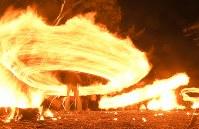 氏子や参拝客らによって大きく回される火の輪=熊本県阿蘇市の阿蘇神社で2018年3月17日午後7時38分、徳野仁子撮影