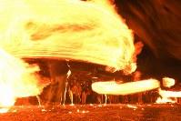 氏子や参拝客らによって大きく回される火の輪=熊本県阿蘇市の阿蘇神社で2018年3月17日午後7時19分、徳野仁子撮影