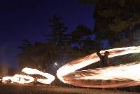 氏子や参拝客らによって大きく回される火の輪=熊本県阿蘇市の阿蘇神社で2018年3月17日午後6時58分、徳野仁子撮影