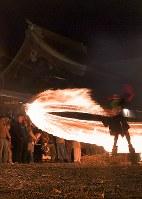 氏子や参拝客らによって大きく回される火の輪=熊本県阿蘇市の阿蘇神社で2018年3月17日午後7時12分、徳野仁子撮影