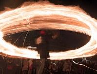 氏子や参拝客らによって大きく回される火の輪=熊本県阿蘇市の阿蘇神社で2018年3月17日午後7時10分、徳野仁子撮影