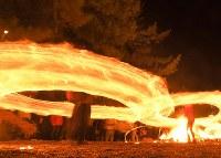 氏子や参拝客らによって大きく回される火の輪=熊本県阿蘇市の阿蘇神社で2018年3月17日午後7時39分、徳野仁子撮影