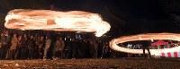 氏子や参拝客らによって大きく回される火の輪=熊本県阿蘇市の阿蘇神社で2018年3月17日午後7時6分、徳野仁子撮影