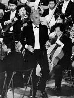 1979年10月13日、早稲田大学の名誉博士号を受け、贈呈式後に同大学交響楽団を特別指揮した時のカラヤン