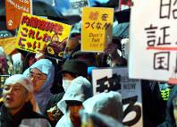 財務省の決裁文書改ざん問題を受けて首相官邸前で開かれた集会で政府を批判する参加者たち=東京都千代田区で2018年3月16日午後8時18分、宮間俊樹撮影