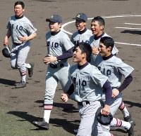 試合中、笑顔でグラウンドを駆け回る慶応ナイン=高知市の春野総合運動公園野球場で2018年3月11日、畠山哲郎撮影