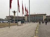 習近平国家主席が再選を決めた17日、北京では早朝から雪がちらついた=北京の人民大会堂前で2018年3月17日、林哲平撮影