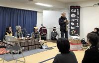 鎌田さんが筆で書いて寄贈したのぼり旗を掲げて芝居をする「劇団ばばば☆」のメンバー。会場は笑いであふれていた=鎌田實さん提供