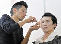 特殊メークの実演を行う辻一弘さん(左)=東京都千代田区のアメージングスクールJURで1月27日、手塚耕一郎撮影
