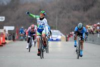 優勝したアルコレア(中央)。右は2位の黒枝=全日本実業団自転車競技連盟提供