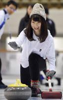 初めてのカーリング体験に笑顔の参加者=神戸市中央区で、川平愛撮影