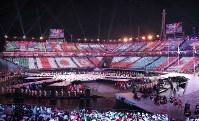参加国の国旗で彩られた閉会式会場=平昌五輪スタジアムで2018年3月18日午後、宮武祐希撮影