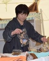 ペットのおやつの店を開店する梶山幸江さん。かつて家族が暮らした場所で再出発する=宮古市田老で