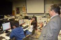 キッズプログラミングスクール上級コースの様子。右は海老原代表=春日部市の共栄大で