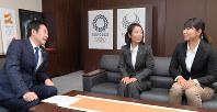スポーツ庁の鈴木大地長官(左)とセーリングの魅力について語り合う吉田愛(中央)と吉岡美帆
