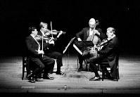 米ジュリアード弦楽四重奏団の来日公演。4人の作る精密なアンサンブルが観客を魅了した=大阪市北区の毎日ホールで1966年9月27日