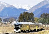 鳴子の雪山を背に走る「四季島」=大崎市のJR陸羽東線川渡温泉-池月駅間で