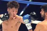 世界ボクシング機構(WBO)スーパーフライ級タイトル戦でヨアン・ボワイヨを攻める井上尚弥(左)=横浜文化体育館で2017年12月30日、和田大典撮影